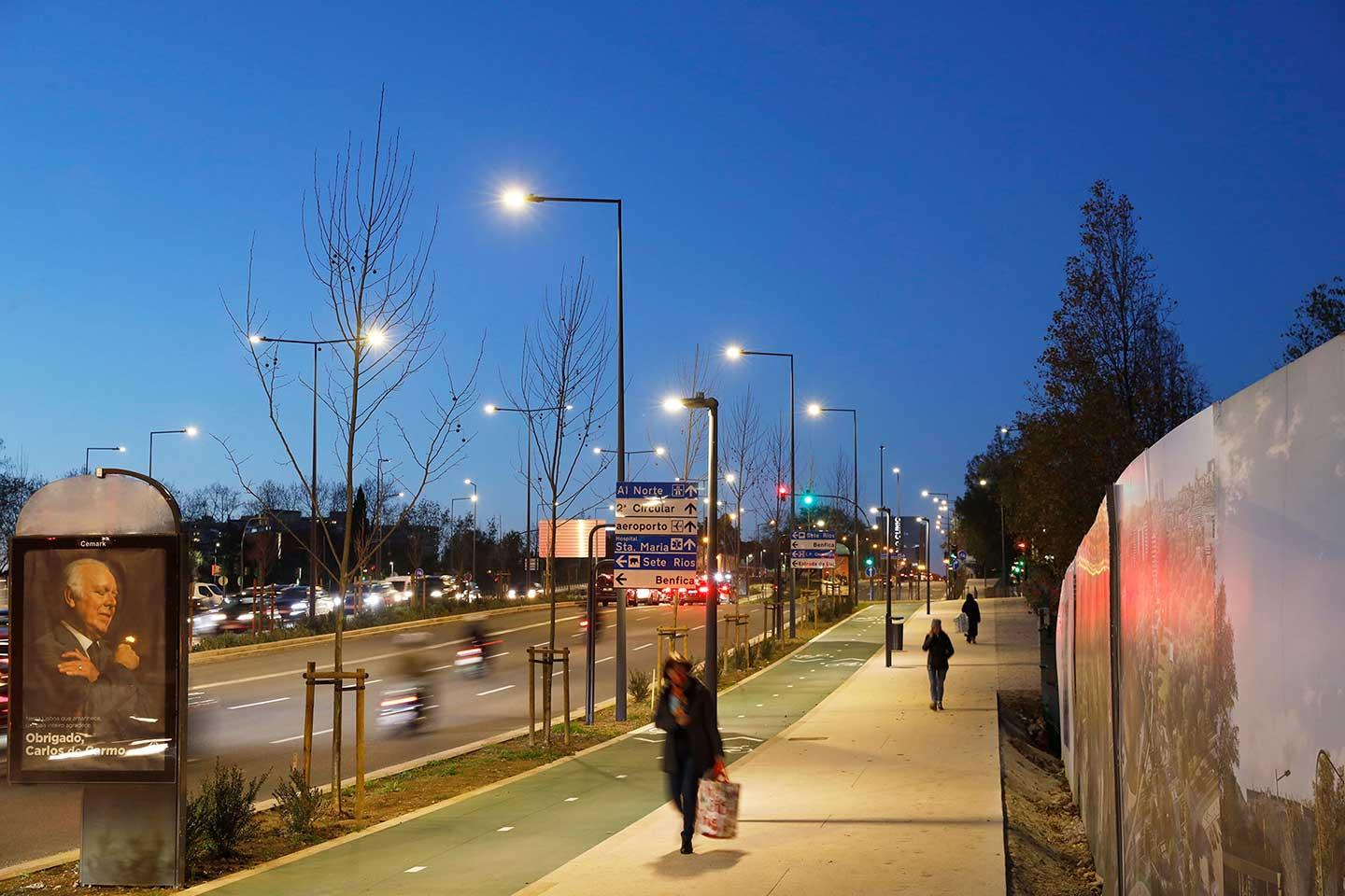 IZYLUM road luminaire has improved safety for pedestrian and cyclists crossing Praça de España in Lisbon while reducing operating costs